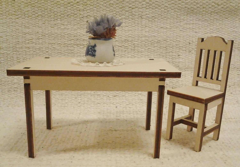 Koottavat tuolit ja pöytä nukkekotiin