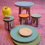 Jakkarat ja pyöreä pöytä