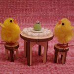 Nukkekodin pyöreä pöytä