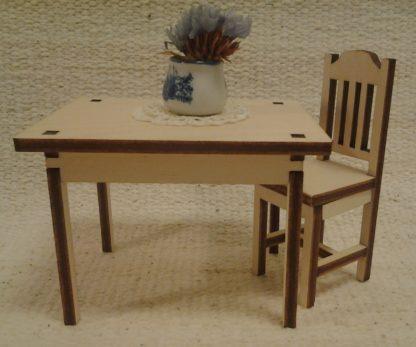 Pöytä (6x8 cm) nukkekotiin