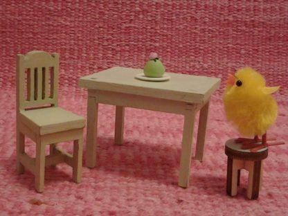 Tuolit ja pöytä nukkekotiin