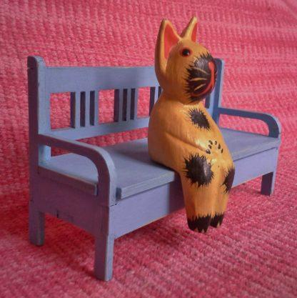 Nukkekodin käsinojallinen sohva