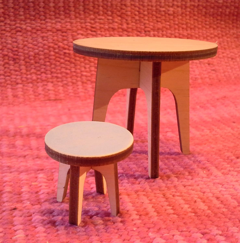 Pyöreä pöytä nukkeotiin