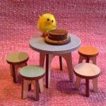 Koottavat jakkarat ja pyöreä pöytä