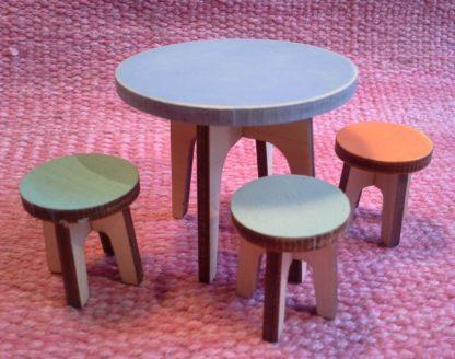 Jakkarat ja pyöreä pöytä nukkekotiin