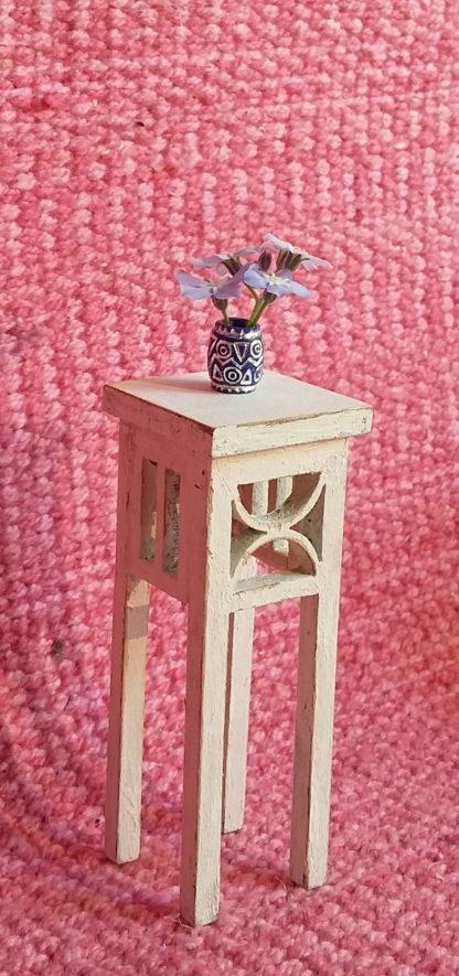 Kustavilainen kukkapöytä.